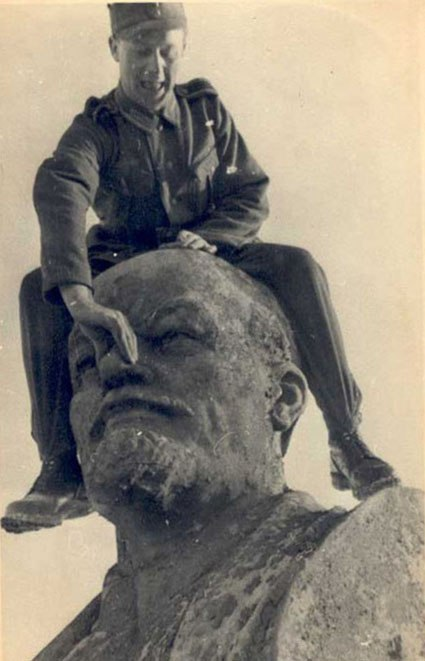 Фашисты всегда не любили памятник Ленину. Минск, 1941.jpg