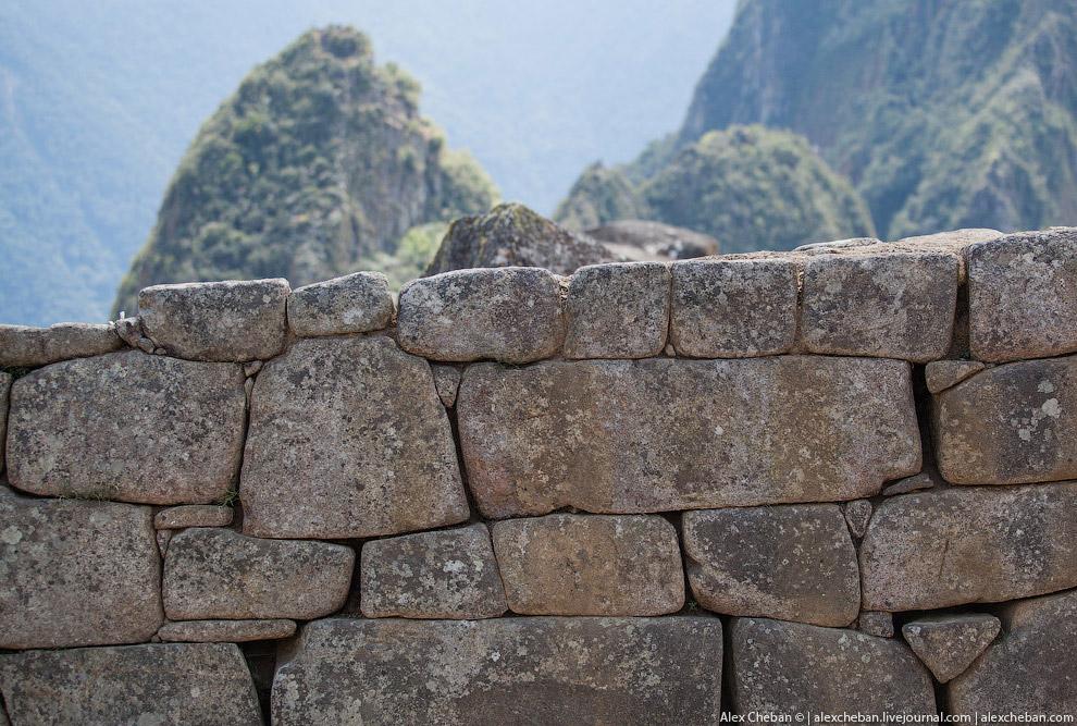 11. Это флаг древних Инков. Он имеет 7 цветов, полную радугу. Также это флаг провинции Куско в Перу.