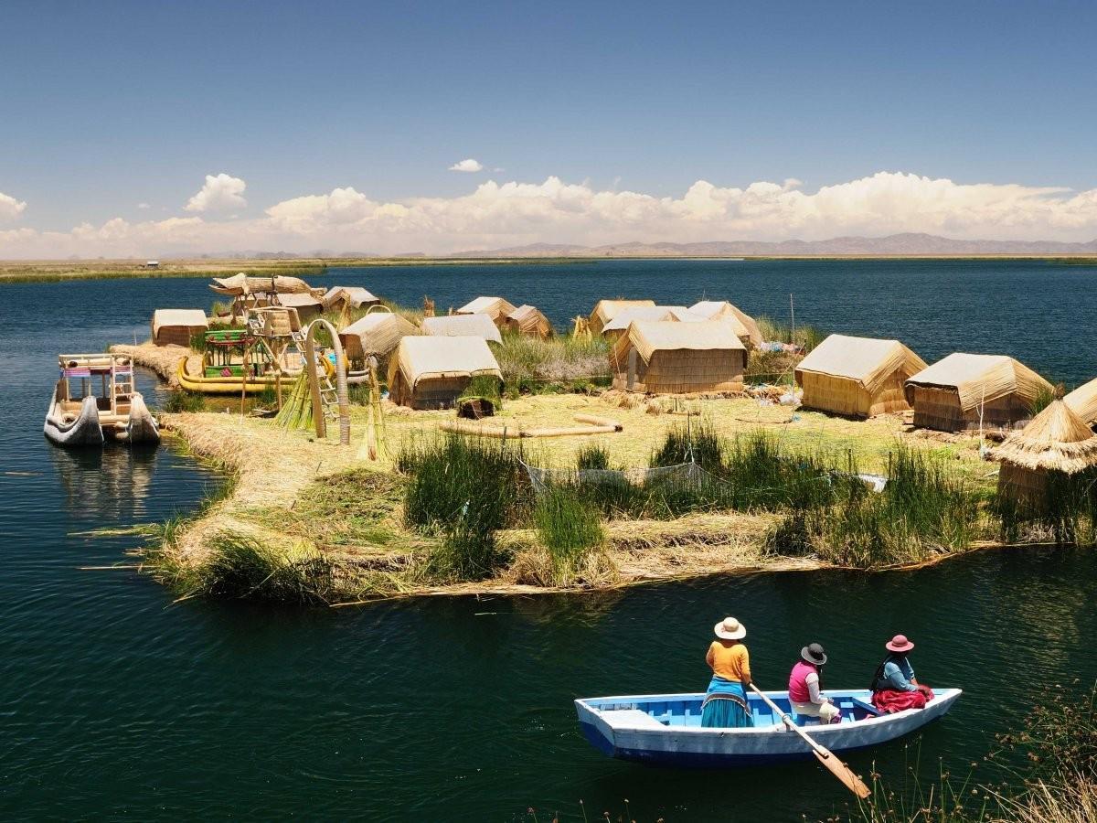 45. Посетите плавучие острова на озере Титикака, где до сих пор живет коренной народ урос.