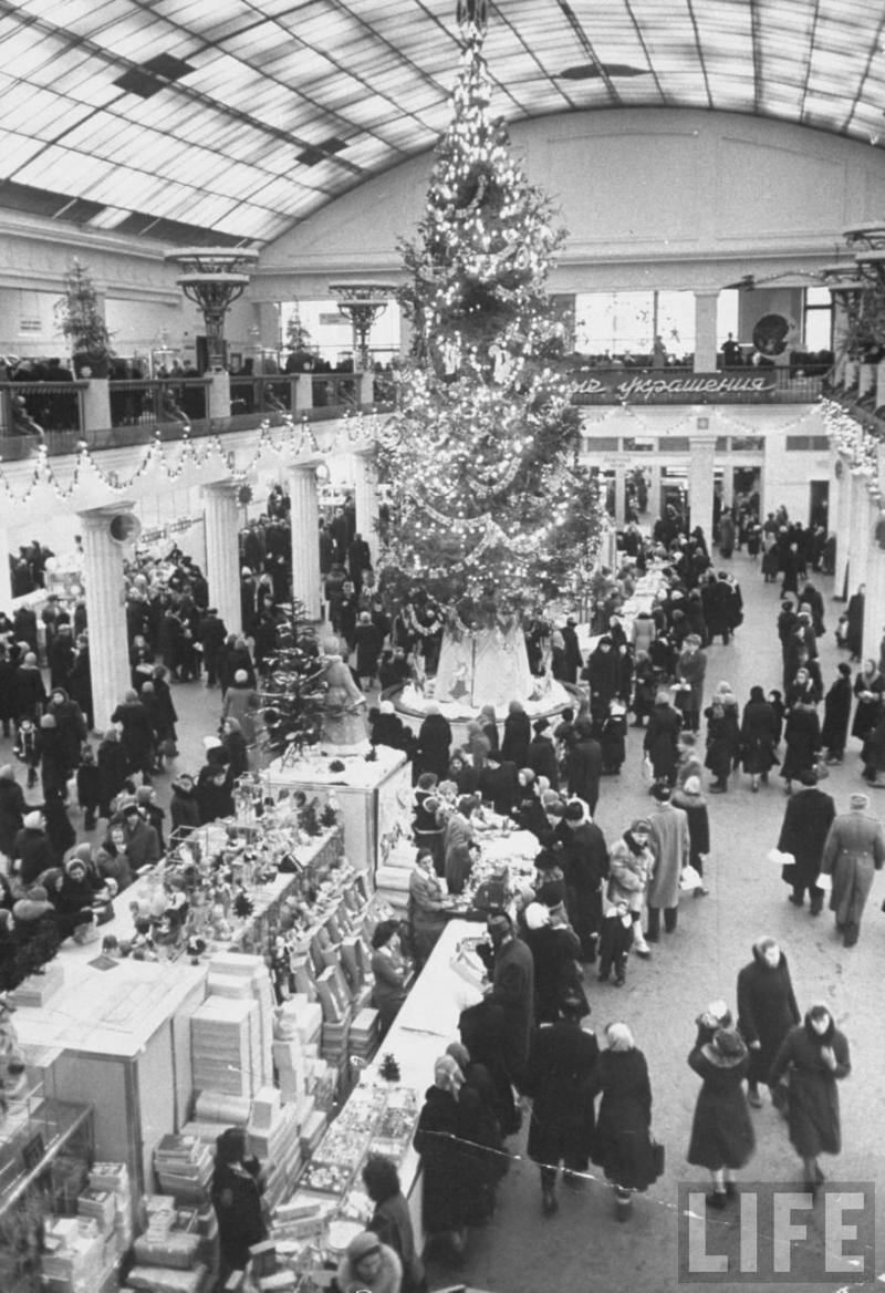 Магазин Детский мир перед Новым 1960 годом.
