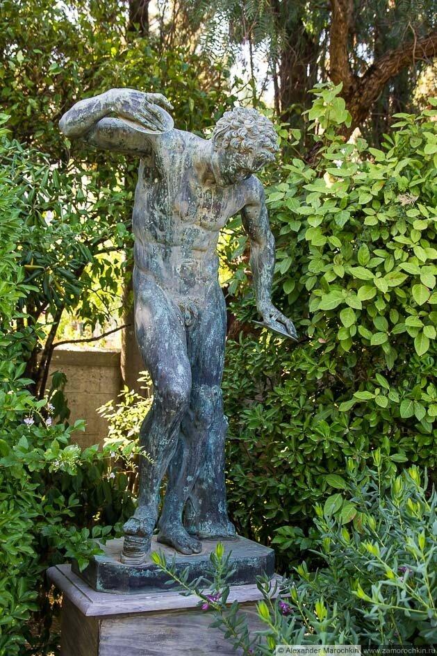 Музыкант с цимбалами статуя, дворец Ахиллеон, Корфу
