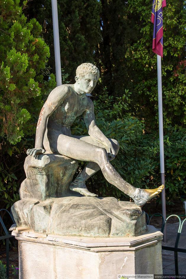Статуя во дворце Ахиллеон