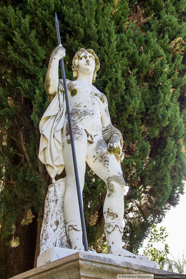 Скульптура обнаженного воина с копьём во дворце Ахиллеон