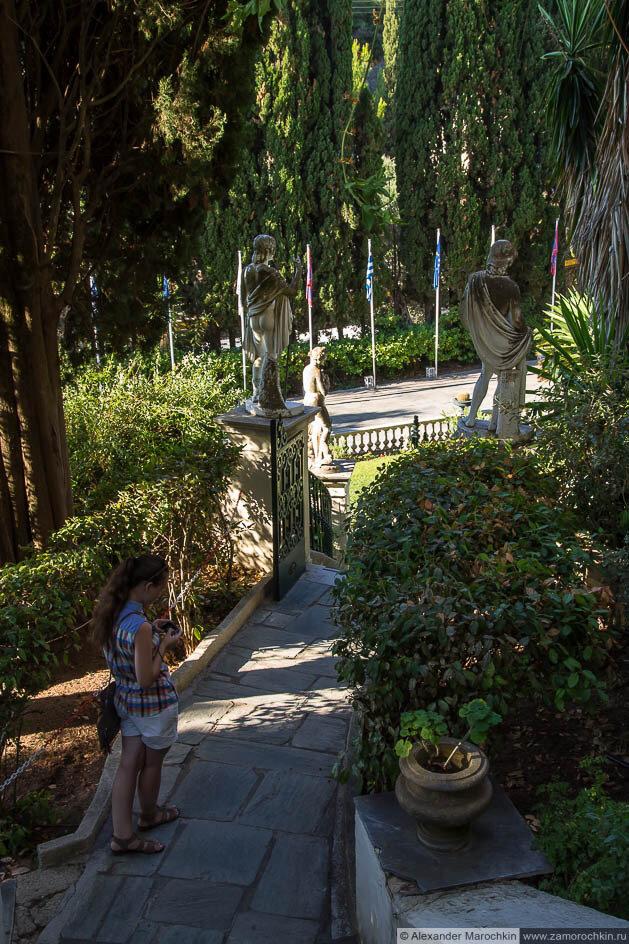 На лестнице в саду дворца Ахиллеон