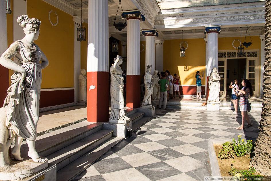 Внутренний двор с колонадой и статуями во дворце Ахиллеон