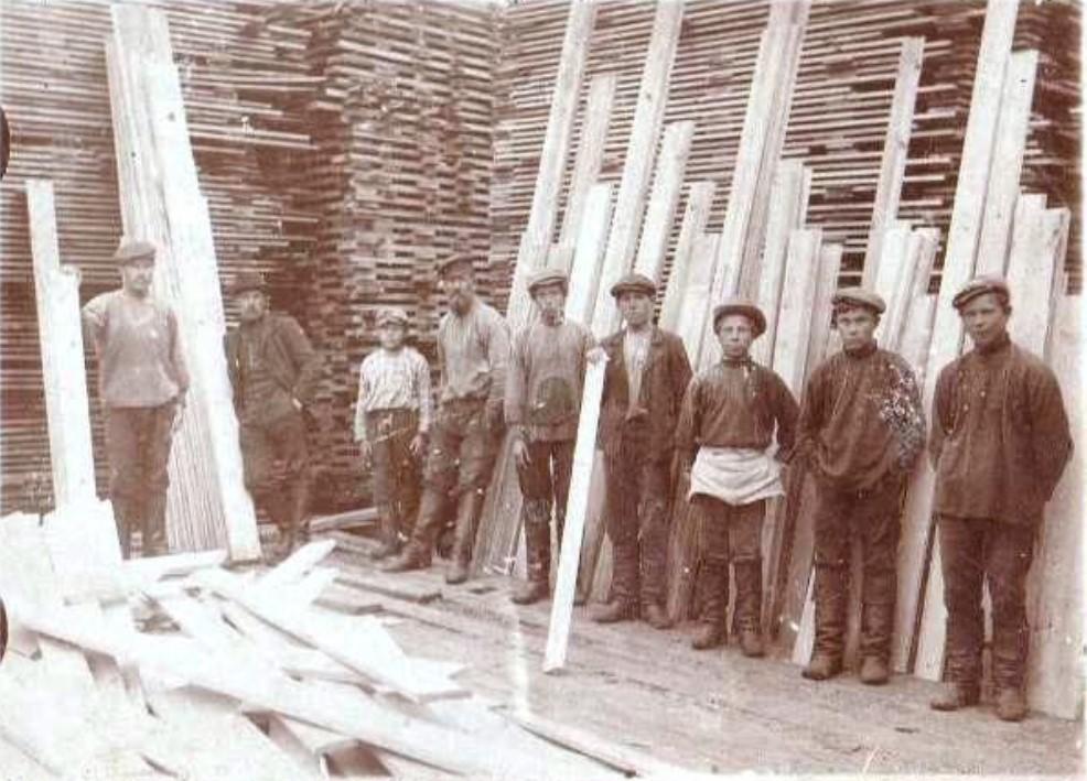 Работники лесозавода