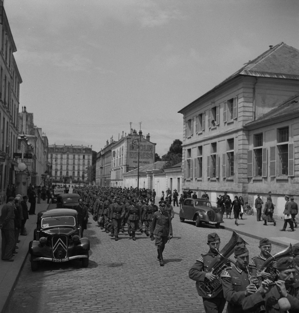 26. Легионеры проходят колонной к вокзалу по городским улицам