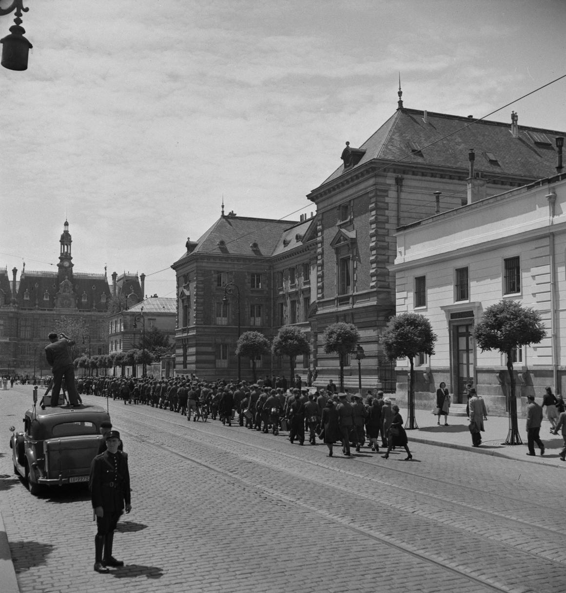 29. Легионеры проходят колонной к вокзалу по городским улицам