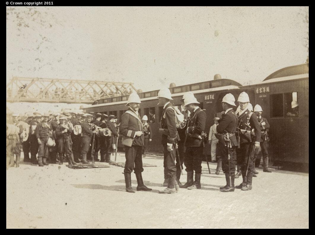 Британские солдаты на железнодорожном вокзале