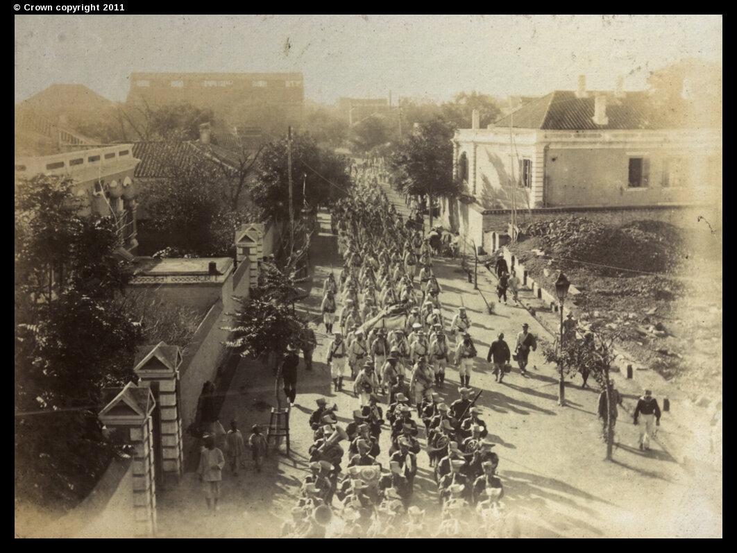 Немецкие солдаты маршируют по Виктория-роуд