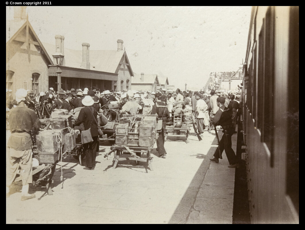 Американские войска прибывают на железнодорожный вокзал