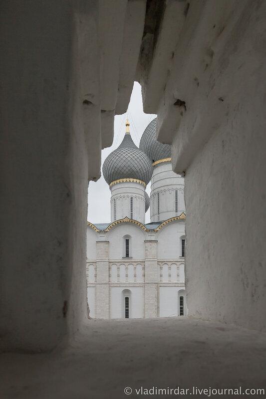 Бойница северной крепосной стены Ростовского кремля