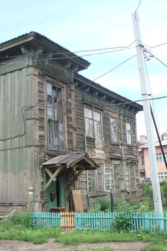 Доходный дом усадьбы Жемчужникова - ещё жилой и с палисадником.