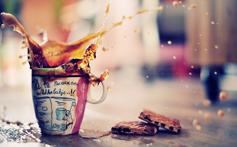 COFFEE BREAK. яркие фотобрызги за обычной чашечкой кофе.