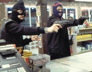 В Приморье возбуждено уголовное дело по факту разбойного нападения на продавца и охранника магазина