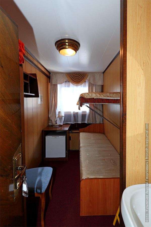 Двухместная двухъярусная каюта №28 на средней палубе с умывальником. Категория каюты Б2. Теплоход «Башкортостан». Фото