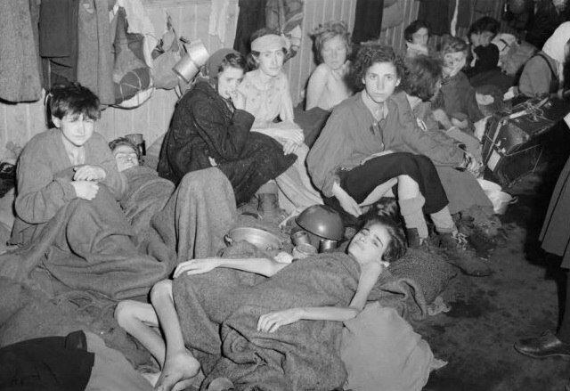 фото Кап. Милиндин ( Британская Армия). Лагерный барак для женщин и детей. Концентрационный лагерь Бергем- Бельзен, апрель 1945.jpg