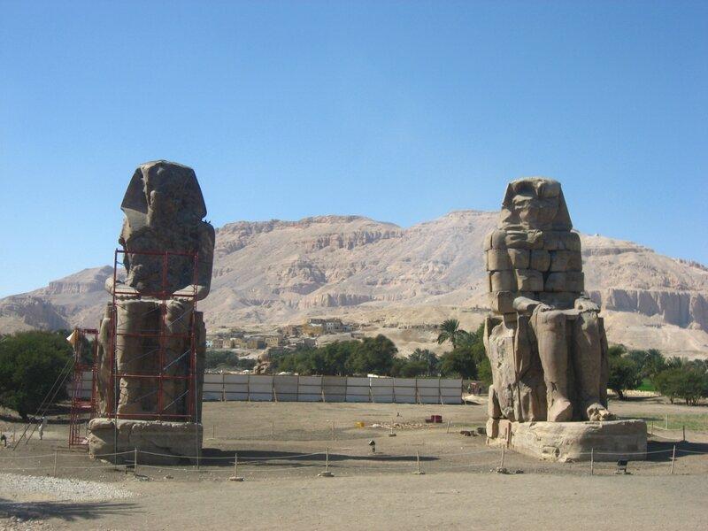 Египет. Колоссы Мемнона - стражи храма Аменхотепа в Луксоре - Храмы, Руины - luxor, egypt