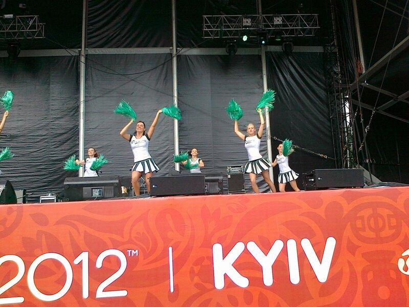 Карлсберг-герлз выступают на сцене фан-зоны Евро 2012 в Киеве