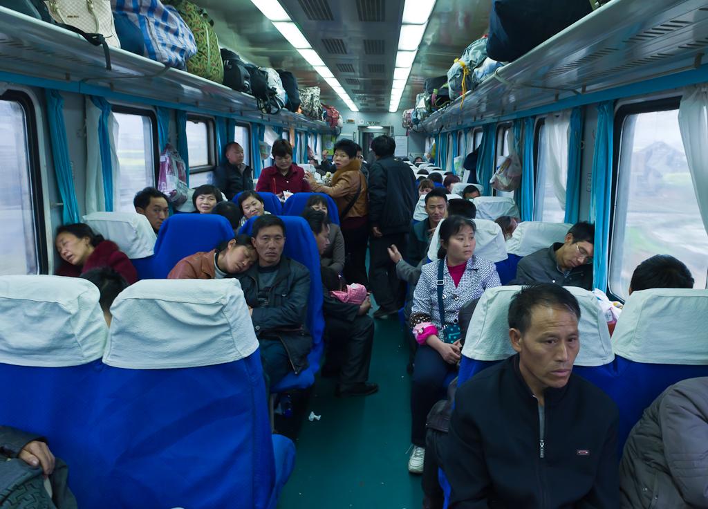 3. В вагоне китайской электрички. Фото снято уже после того, как все проснулись, поели и проводник убрал мусор.