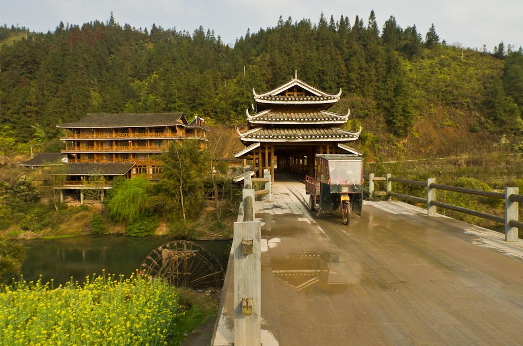 """4. Один из маленьких Мостов Ветра и Дождя и наша гостиница в Ченгянг - """"Dong Village Hotel"""". Отзыв о путешествии по Китаю."""