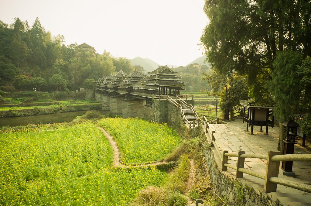6. Вот за такими видами едут сюда китайские туристы на экскурсию. Мост ветра и дождя в деревне Ма'ан в Китае.