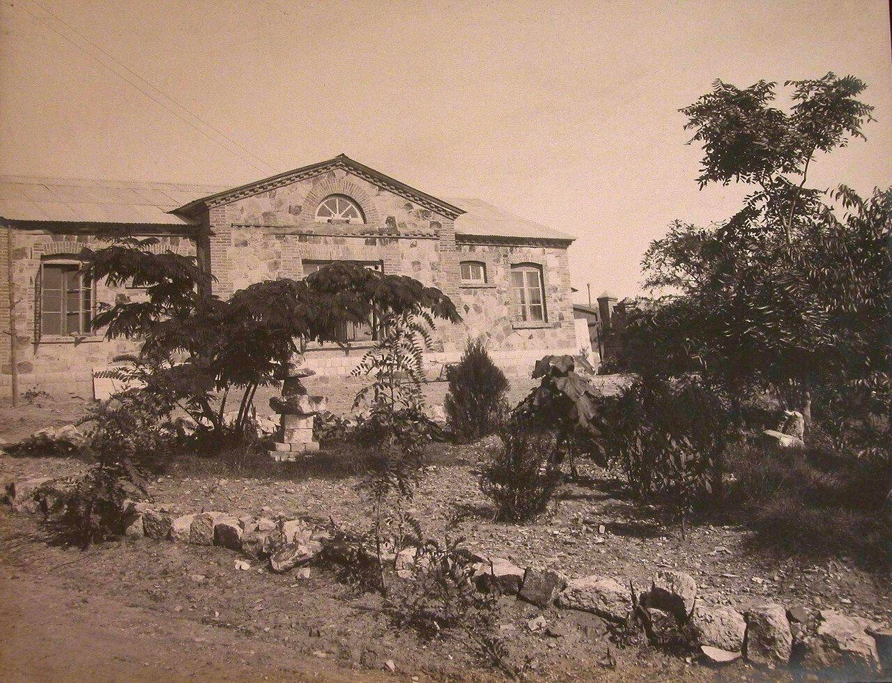 09. Вид одного из служебных зданий больницы
