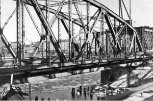 Старый железнодорожный мост через Даугаву
