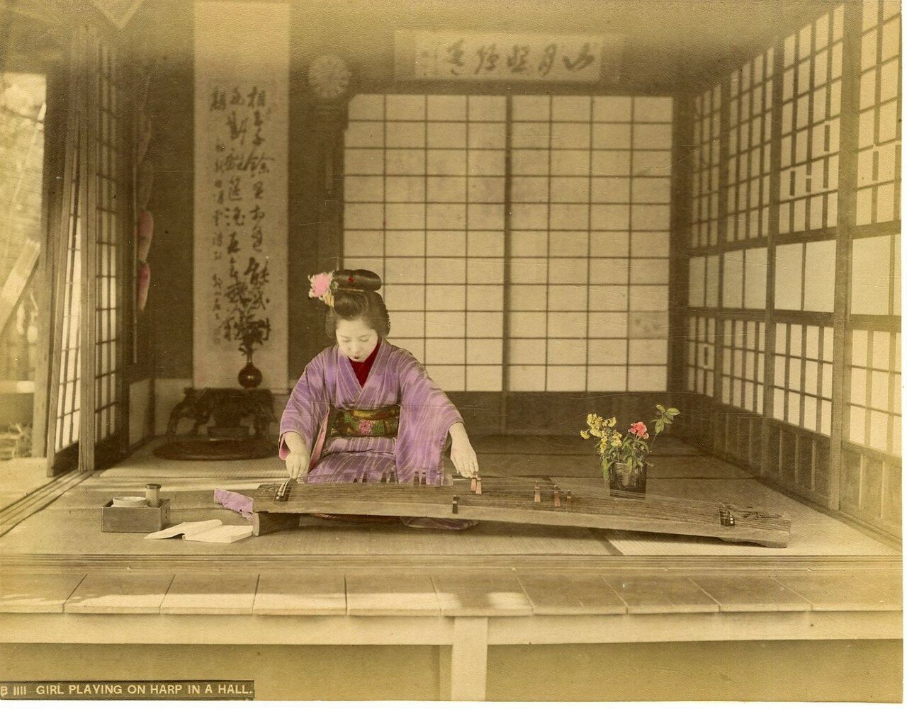 Женщина играющая на местном варианте арфы