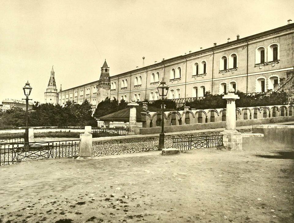 684. Троицкий мост Московского Кремля. 1884