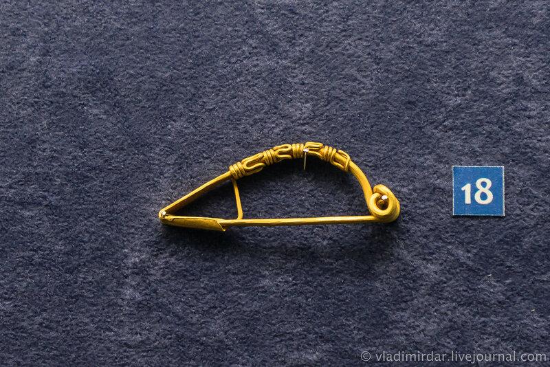 Фибула лучковая. Золото. Вторая середина III в. н.э. г. Анапа, некрополь Горгиппии, 1975, 1979 гг.