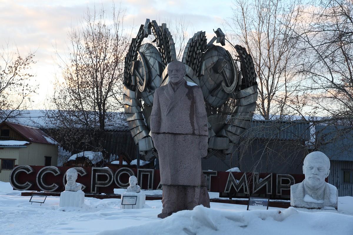 Поляна с бюстами и ростовыми фигурами вождей СССР
