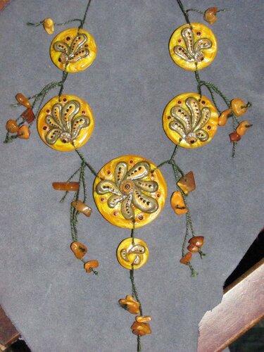 """Ожерелье из янтаря и пластики """"Осенний вихрь""""."""