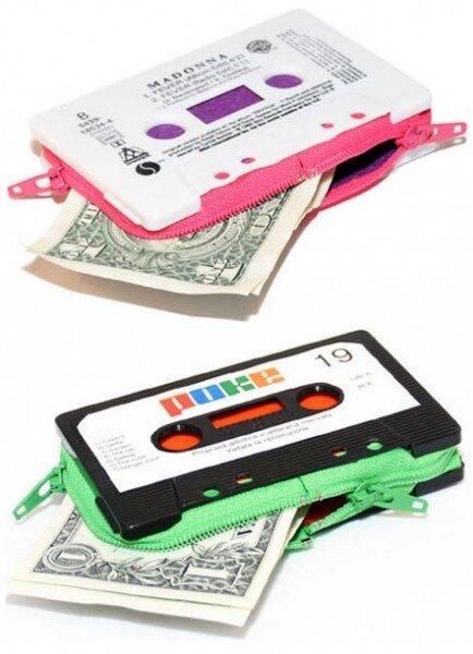 Искусство, созданное из старых дискет, кассет и других комплектующих компьютеров.