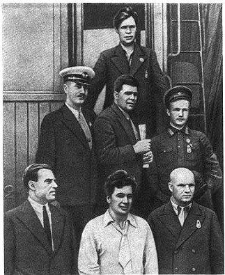 Семерка первых Героев Советского Союза (1 ряд - Леваневский, Ляпидевский, Доронин; 2 ряд - Слепнев, Водопьянов, Каманин; вверху - Молоков