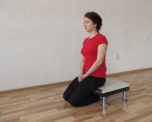Сидение на стульчике для медитации