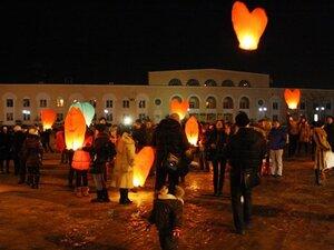 Влюбленные жители Владивостока запустили в небо сердца