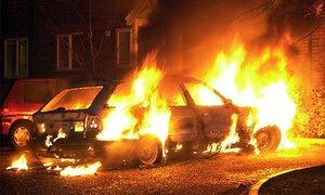 Три машины сгорели во Владивостоке на парковке во дворе по улице Давыдова