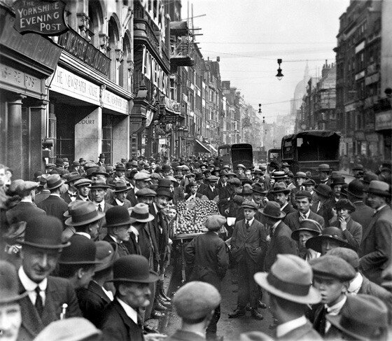 George Reid, Crowds outside 'The Newspaper House', Fleet Street, c. 1930