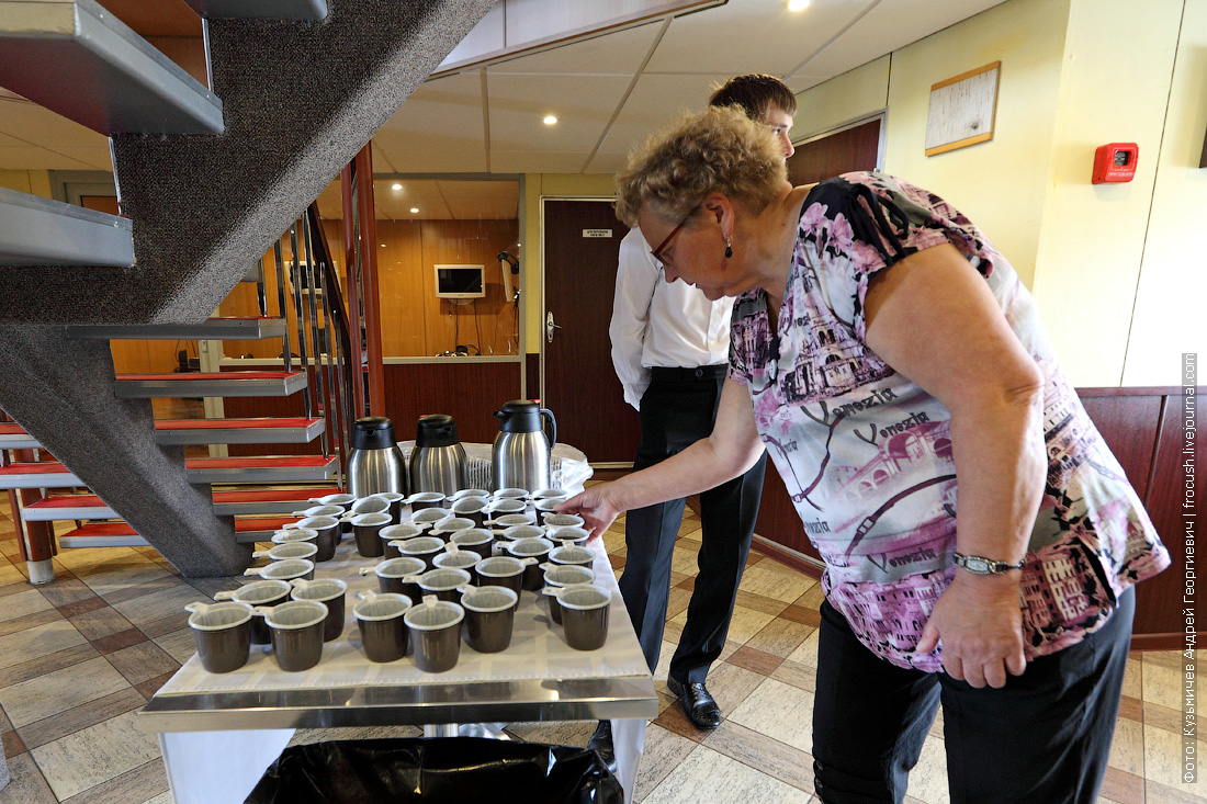 чай с мятой для вернувшихся после экскурсии туристов теплохода Михаил Булгаков