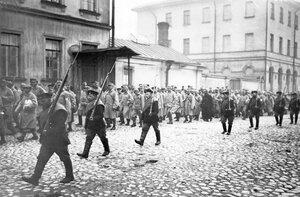 Колонна пленных австрийцев в сопровождении конвоя идет по Суворовскому проспекту