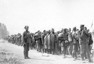 Колонна австрийских военнопленных с конвоиром на Воскресенской набережной у пристани Шлиссельбургского пароходства