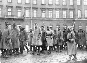 Колонна австрийских военнопленных под конвоем направляется к Калашникоавской набережной