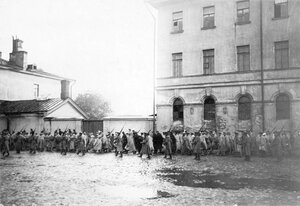 Колонна австрийских военнопленных в сопровождении конвоя проходит по Суворовскому проспекту