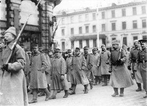 Австрийские военнопленные под конвоем, окруженные толпой любопытных, идут по Невскому проспекту