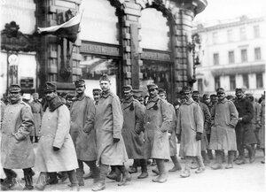 Военнопленные под конвоем идут по Невскому проспекту