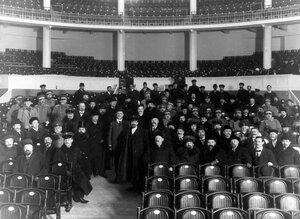 Группа участников проведения опытов по тушению пожара наблюдает за опытом с задних рядов партера Нового зала Народного дома императора Николая II.