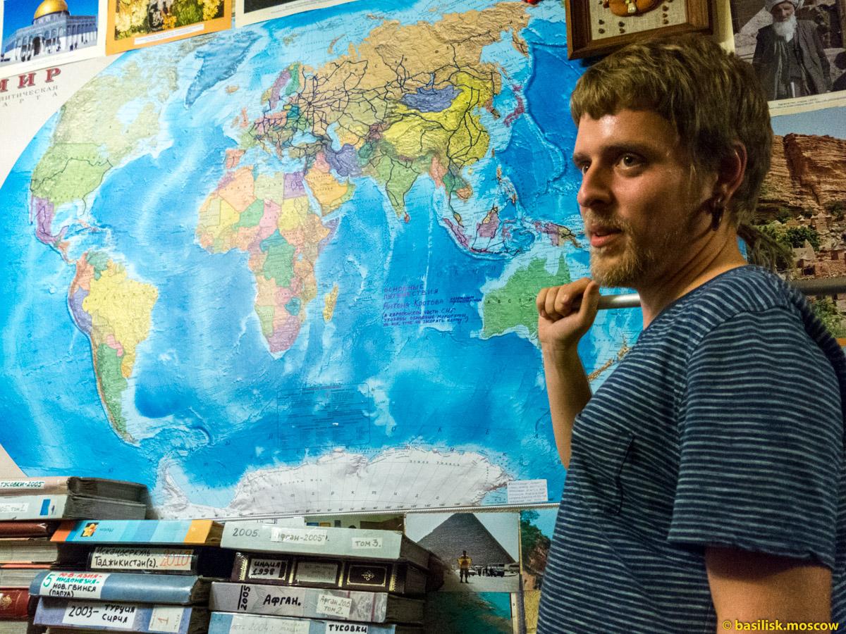 Польский путешественник Юрек Любинский в квартире Антона Кротова.