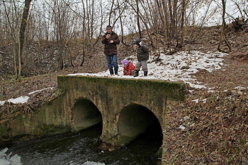 Водосброс из пруда на реке Плоской в Коминтерне: две бетонных трубы