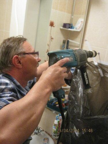 Размечаем и сверлим отверстия для крепежа водонагревателя